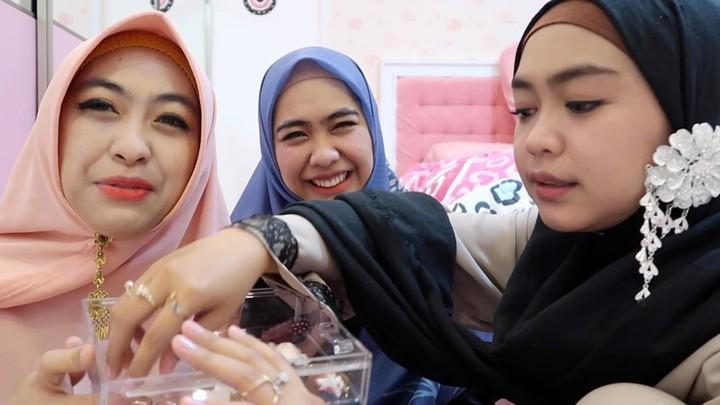 Ria Ricis lahir Batam, 1 Juli 1995. Kakak sulungnya, Oki Setiana Dewi, lebih dulu menjadi <em>public figure</em>. Sedangkan kakak keduanya, Shindy Kurnia Putri, berprofesi sebagai dokter. (Foto: Instagram @riaricis1795)