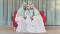 Saat momen Hari Raya Idul Fitri 5 Juni 2019. Ricis dan kedua kakaknya kompak banget mengenakan busana bernuansa putih. (Foto: Instagram @riaricis1795)