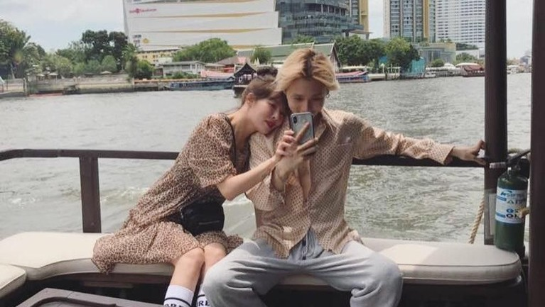 Pasanan HyunA dan Hyojong, atau lebih dikenal dengan E'dawn, sedang berlibur di Bangkok, Thailand. Berikut potret kemesraan mereka.