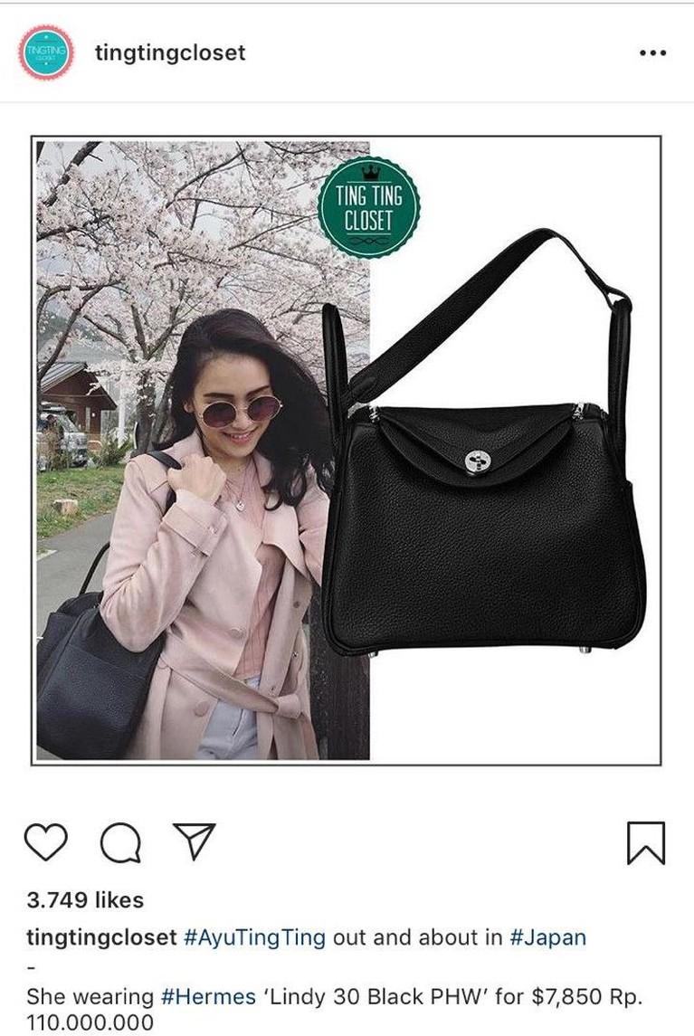 Ayu juga termasuk artis yang gemar mengenakan tas bermerek. Ia tampak membawa tas hitam dari Hermes saat liburan ke Jepang. Tas berwarna hitam ini diketahui seharga Rp110 juta.