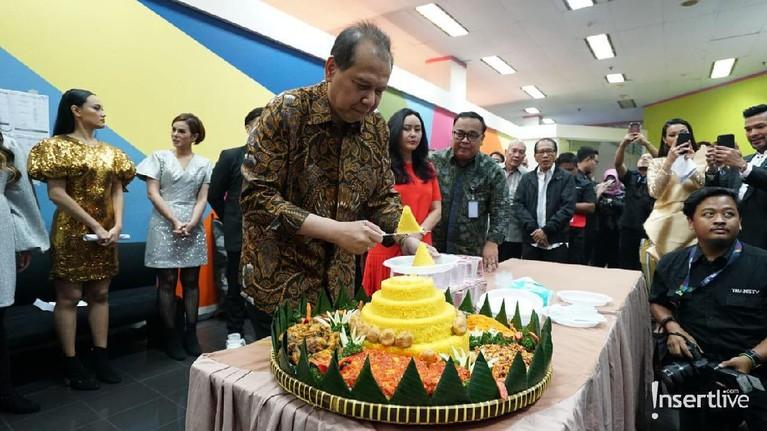 Pemotongan tumpeng HUT Insert ke-16 tahun dilakukan oleh Chairul Tanjung.