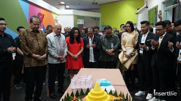 Chairul Tanjung kemudian memimpin doa untuk bersyukur atas semua pencapaian Insert selama ini.