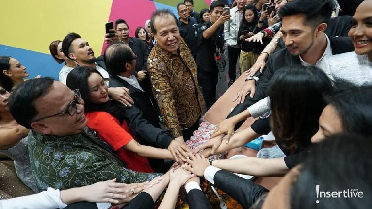 Tampak Chairul Tanjung bersama sejumlah artis dan produser Insert berjabat tangan bersama.