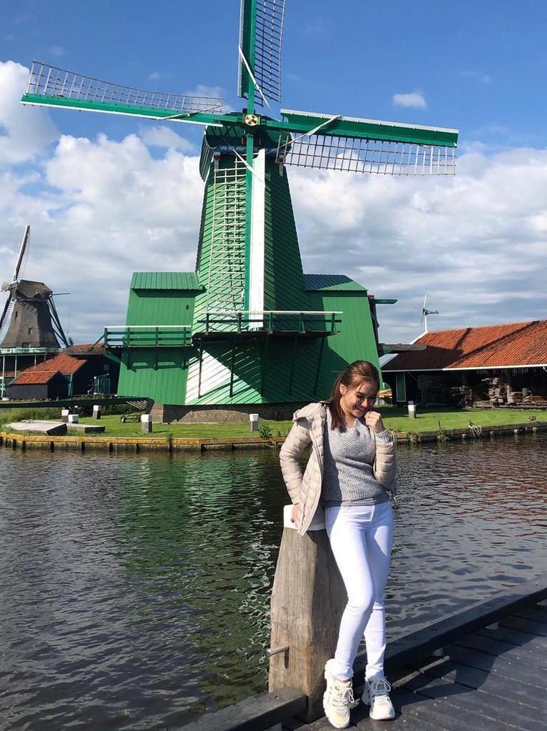 Ibu satu anak itu mengunjungi Zaanse Schans, tempat di mana banyak koleksi kincir angin dan rumah bersejarah hingga bangunan-bangunan tua di Belanda.