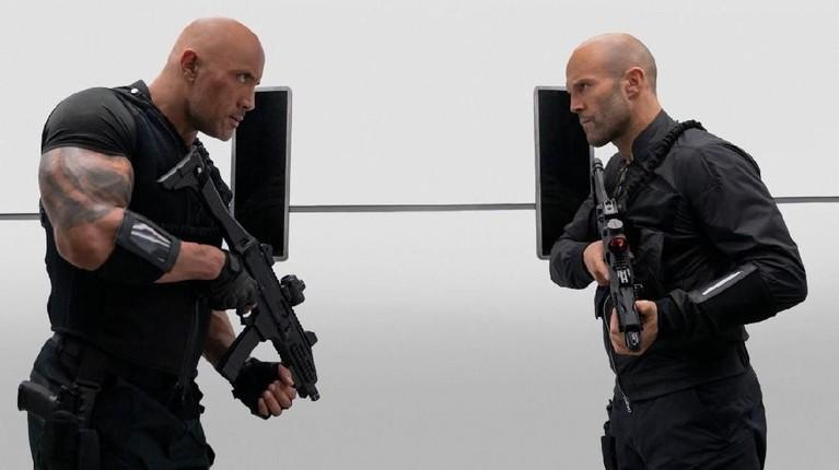 Hobbs dan Deckard Shaw bersiap untuk melawan para musuh yang memberikan serangan kepada mereka.