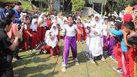 Peresmian Taman Bermain Si Bolang dihadiri 100 siswa dari beberapa SD di Jakarta Timur. Berbagai acara mereka ikuti seperti permainan tradisional bakiak, lalu estafet karet, estafet kelereng dan joget balon. (Foto: dok.Trans 7)