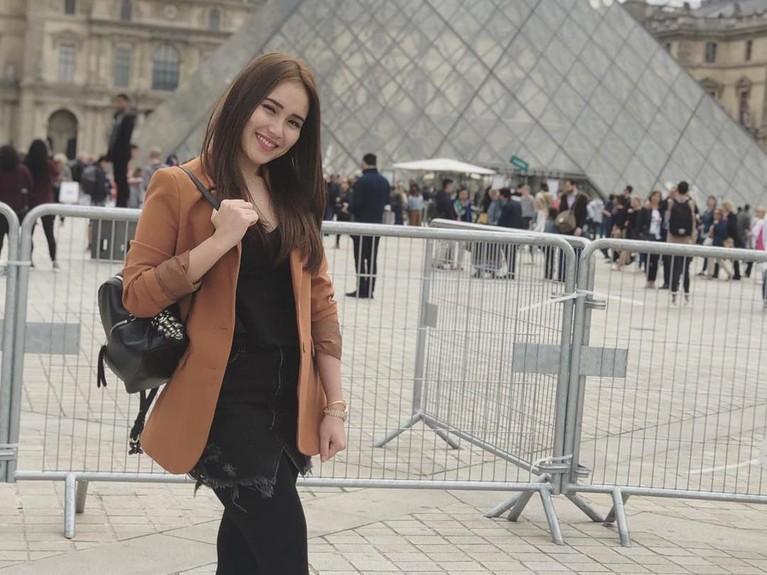 Senyum manis Ayu Ting Ting di Museum Louvre. Kabarnya, liburan di Paris sudah menghabiskan biaya sampai ratusan juta rupiah.