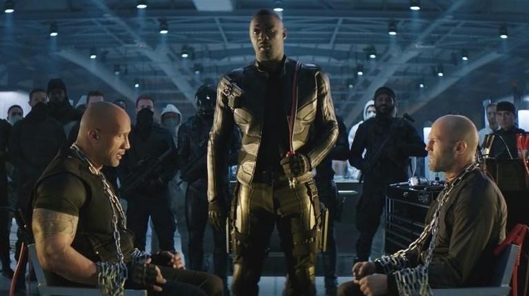 Salah satu adegan menegangkan antara Hobbs (Dwayne Johnson) danDeckard Shaw (Jason Stathan) saat disandera oleh Brixton Lore yang dimainkan oleh Idris Elba