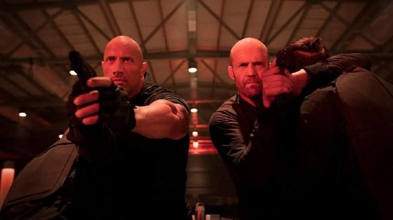 Hobbs dan Shaw sedangberusaha untuk menyerang orang-orang yang akan menyerang mereka