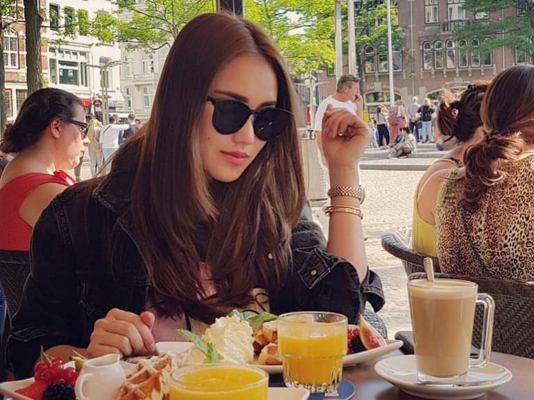 Ayu Ting Ting yang tengah menikmati waffle di salah satu restoran di Amsterdam, Belanda.