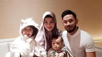 Momen saat Uki merayakan ulang tahun sang istri tercinta, Metha, bersama kedua putrinya pada Desember tahun lalu. (Foto: Instagram @methayuna)