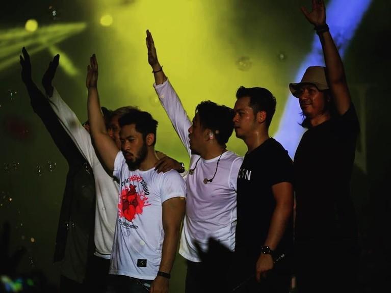 Uki dan personel NOAH lainnya menyapa penonton usai konser.