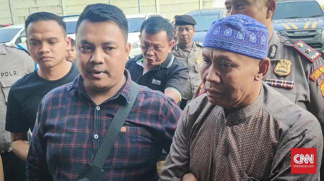 Abah Grandong sempat menjalani pemeriksanaan di Polres Jakarta Pusat, namun harus dibawa ke RS Kramat Jati karena kesehatannya drop.