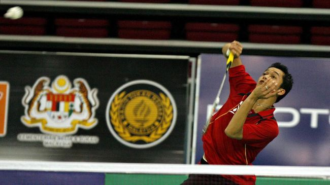Indonesia's Taufik Hidayat returns a shot by Spain's Jose Antonio Crespo during the first round of the Malaysian World Badminton Championships at the Putra Stadium in Kuala Lumpur, 13 August 2007. Hidayat won 21-13, 21-7. Indonesia's Taufik Hidayat cruised into the second round of the World Badminton Championships on 13 August, and credited his easy win to his new-born daughter. AFP PHOTO/TENGKU BAHAR (Photo by TENGKU BAHAR / AFP)