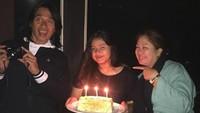 <p>Di sela-sela kesibukannya menjadi publik figur dan promotor olahraga, Agung menyempatkan diri untuk merayakan ulang tahun putrinya, Feby Gaswara. (Foto: Instagram @mir4r4h4yu)</p>