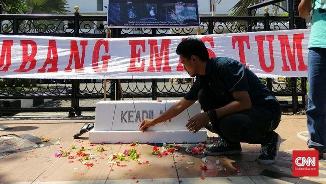 Walhi dan sejumlah masyarakat Banyuwangi melakukan protes di Surabaya karena penghargaan lingkungan yang diberi Gubernur Jatim ke perusahaan tambang emas.