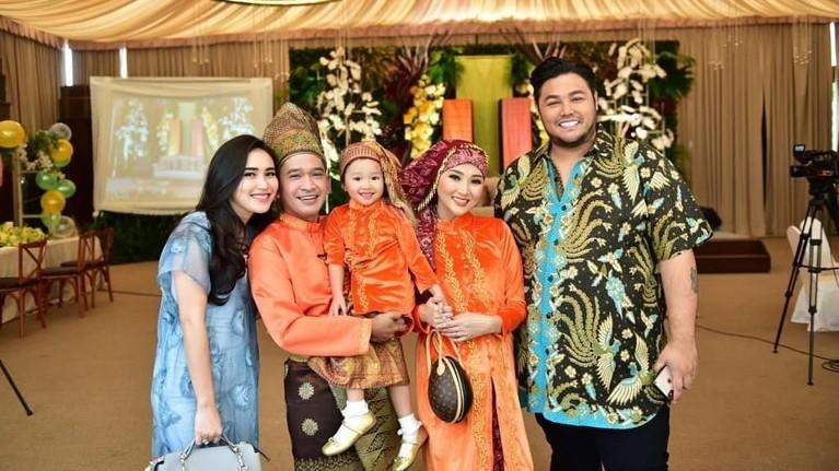 Pada acara keluarga pasangan Ruben Onsu dan Sarwendah, Ayu Ting Ting terlihat datang bersama Ivan Gunawan.