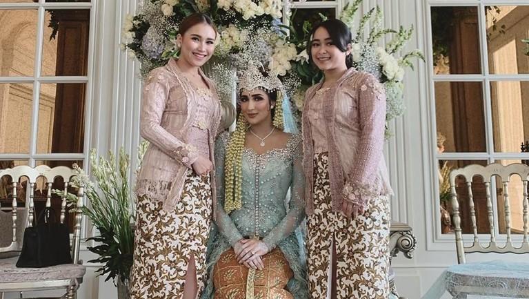 Ayu Ting Ting mengenakan kebaya yang membuatnya terlihat cantik ala wanita Indonesia ketika hadir di pernikahan sahabatnya, Tania Nadira dan Abdull Alwi.