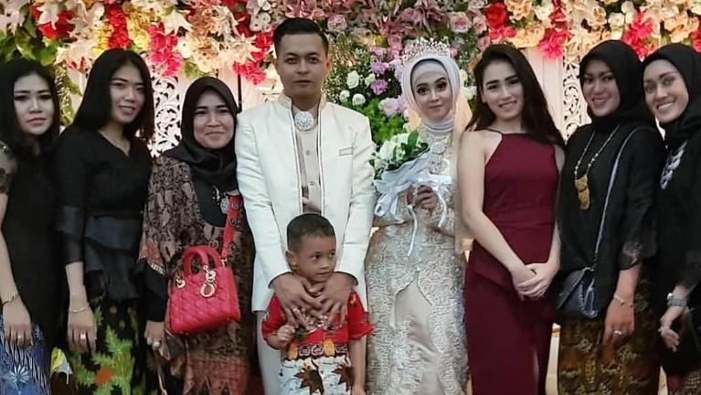 Ayu Ting Ting terlihat menawan keyika mengenakan gaun merah saat datang ke pernikahan temannya.