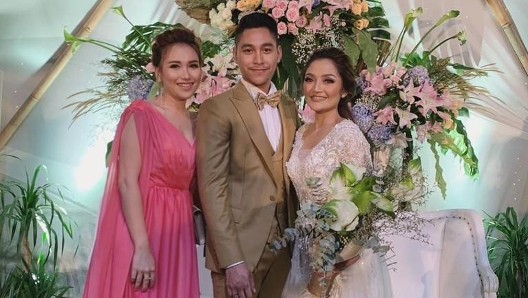 Ayu Ting Ting terlihat mengenakan gaun berwarna merah jambu ketika datang ke pernikahan Siti Badriah dan Krisjiana Baharudin.