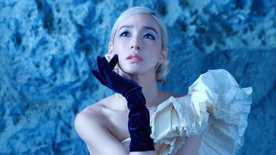 Lirik Lagu Magnetic Moon - Tiffany Young