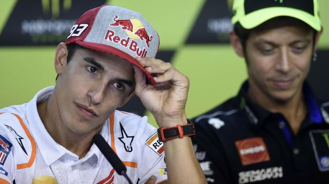 Repsol Honda Moto GP's Spanish rider Marc Marquez listens next to Movistar Yamaha Moto GP's Italian rider Valentino Rossi (R) during a press conference ahead of the Moto GP Czech Grand Prix in Brno, Czech Republic on August 1, 2019. (Photo by Michal CIZEK / AFP)