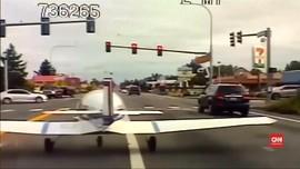 VIDEO: Pesawat Jenis KR2 Mendarat Darurat di Jalan Raya