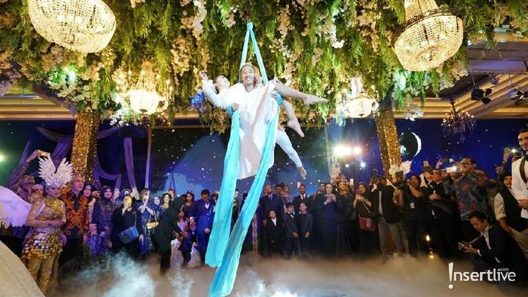 Resepsi pernikahan Tania Nadira dan Abdullah Alwi berlangsung meriah dengan menampilkan sejumlah tarian dan atraksi.
