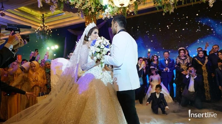Momen di mana pasangan pengantin baru ini berdansa dan bertatap mata di depan para tamu undangan.