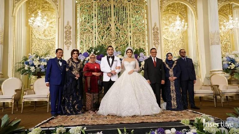 Gubernur DKI Jakarta, Anies Baswedan menjadi salah satu tamu undangan di resepsi kedua Tania Nadira dan Abdullah Alwi.