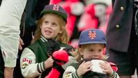 Seperti kebanyakan anak lainnya, Putri Eugenie kecil senang membawa satu bungkus snack manis. (Foto: Instagram @princesseugenie)