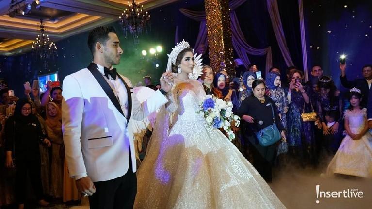 Pernikahan mewah ini disebut-sebut menghabiskan dana hingga Rp10 miliar.