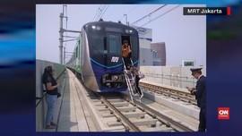 VIDEO: MRT Berhenti karena Listrik Mati, Penumpang Dievakuasi