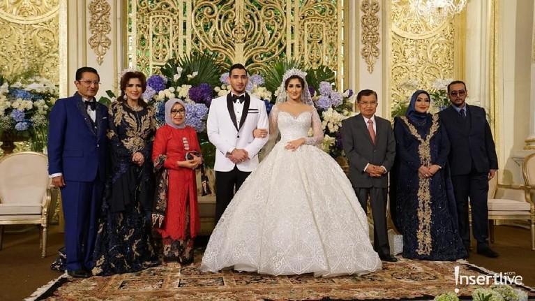 Sejumlah tamu undangan yang datang naik ke atas untuk memberikan ucapan selama kepada pengantin baru ini, dan menyempatkan untuk berfoto bersama.