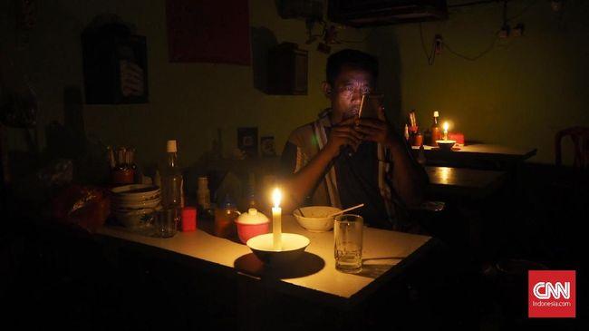 Aliran listrik di Depok terganggu akibat 622 gardu listrik diterjang puting beliung pada Selasa (21/9) sore.