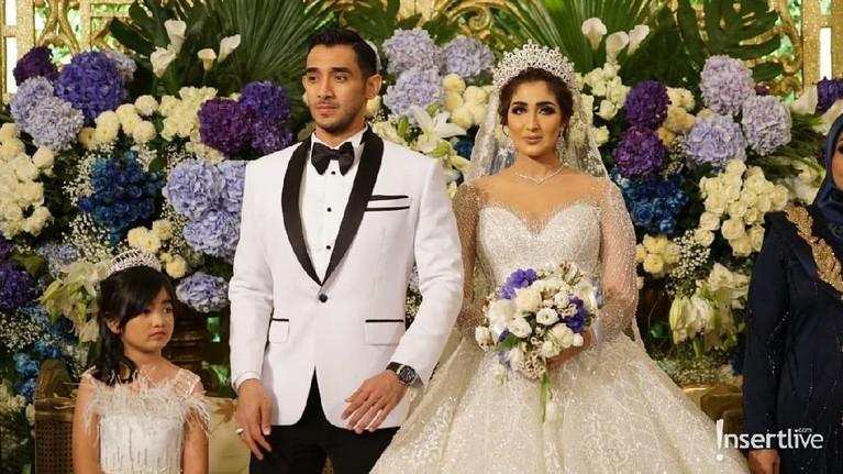Pada resepsi keduanya yang diselenggarakan di Hotel Kempinski, Jakarta Pusat, Sabtu (3/8), Tania Nadira mengenakan pakaian pengantin internasional. Tania dan Abdullah Alwi resmi menikah pada 26 Juli 2019 lalu.
