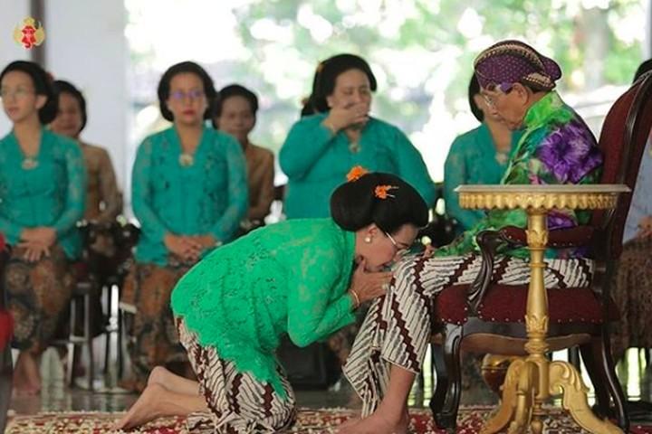 Tak banyak momen kebersamaan Sri Sultan HB X bersama sang istri, Ratu Hemas yang tersorot publik. Intip yuk kesetiaan keduanya, bersama-sama hingga usia senja.
