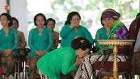 Pada pelaksanaan Ngebakten yang digelar Kraton Yogyakarta, terlihat Ratu Hemas melakukan sungkeman pada Sri Sultan HX X. (Foto: Instagram @kratonjogja)