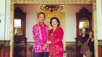 Foto berdua dan saling berpegangan tangan. Tetap mesra setelah 51 tahun membina rumah tangga. (Foto: Instagram @gkrhayu)