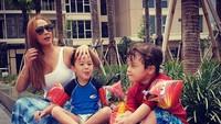 <p>Kiki sering mengunggah momen kebersamaan dirinya dengan keponakan tercinta. Enggak jarang netizenmenyangka si keponakan adalah anak kiki. (Foto: Instagram/ @qq_fatmala) </p>