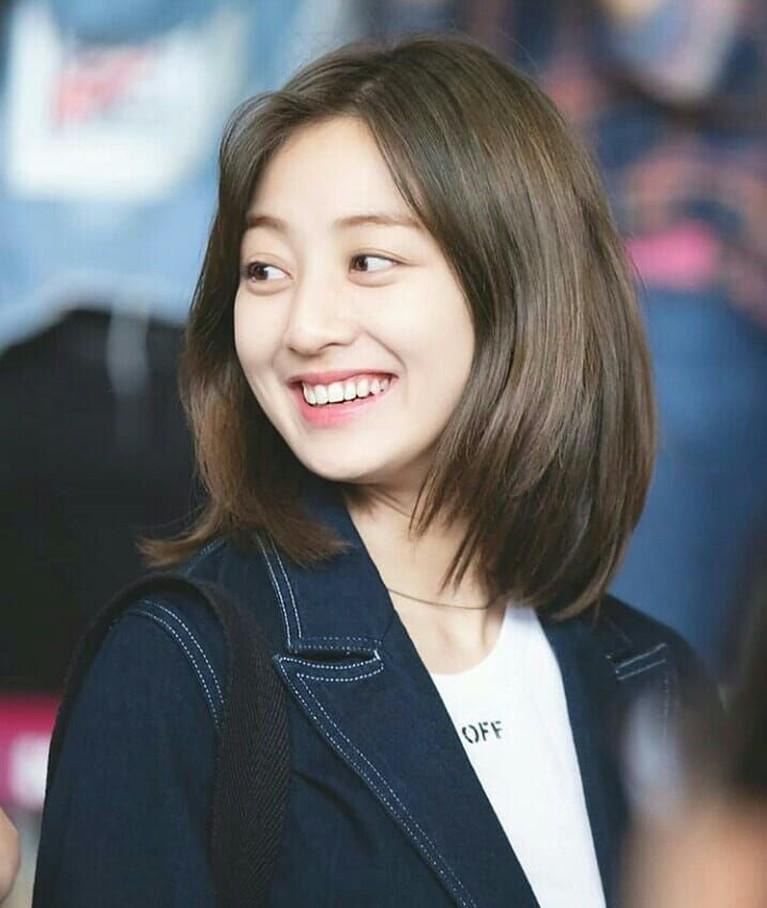 Meski tanpa make-up, Jihyo ternyata tampil cantik natural lho.
