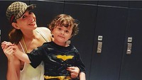 <p>Kompaknya Kiki dan keponakan tercinta berpose. (Foto: Instagram/ @qq_fatmala)</p>