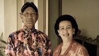 Dalam usia 72 tahun, Sri Sultan HB X tetap romantis bersama Ratu Hemas. Keduanya menikah di tahun 1968. (Foto: Instagram @gkrhayu)