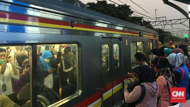 Netizen mengeluhkan aksi demonstrasi yang terjadi di depan kantor DPR, Jakarta hari ini (30/9) berimbas pada jadwal perjalanan kereta commuter line.