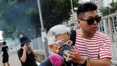Aksi unjuk rasa membuat Hong Kong terus bergejolak. Kota tersibuk di dunia itu kembali dibuat lumpuh.
