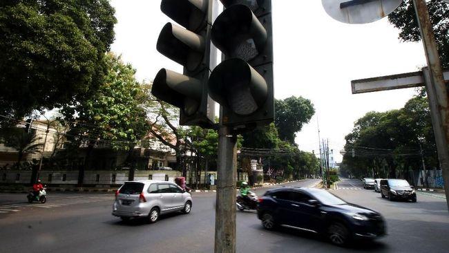 Alat Pemberi Isyarat Lalu Lintas (APILL) atau yang dikenal dengan lampu lalu lintas ditemukan pada pertengahan abad ke-19 di Inggris.