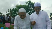 <p>Saat menghadiri sebuah acara bersama Mbah Moen, Gus Yasin selalu menggandeng erat tangan sang ayah. (Foto: Facebook/ Taj Yassin Maimoen) </p>