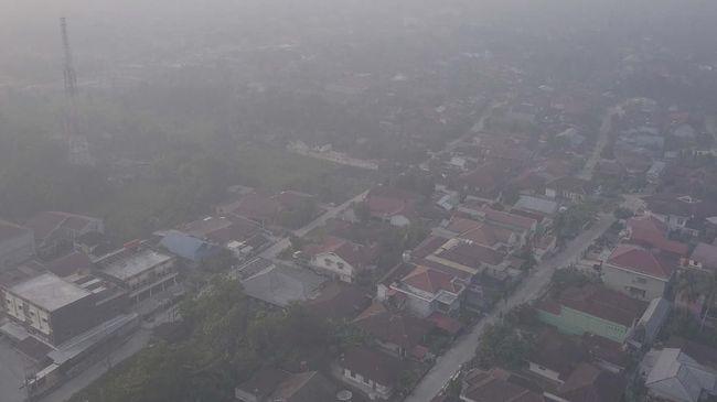 BMKG mendeteksi 40 titik api tersebar di Riau, berpotensi masuk Malaysia dan Singapuran karena angin berhembus ke arah tenggara.