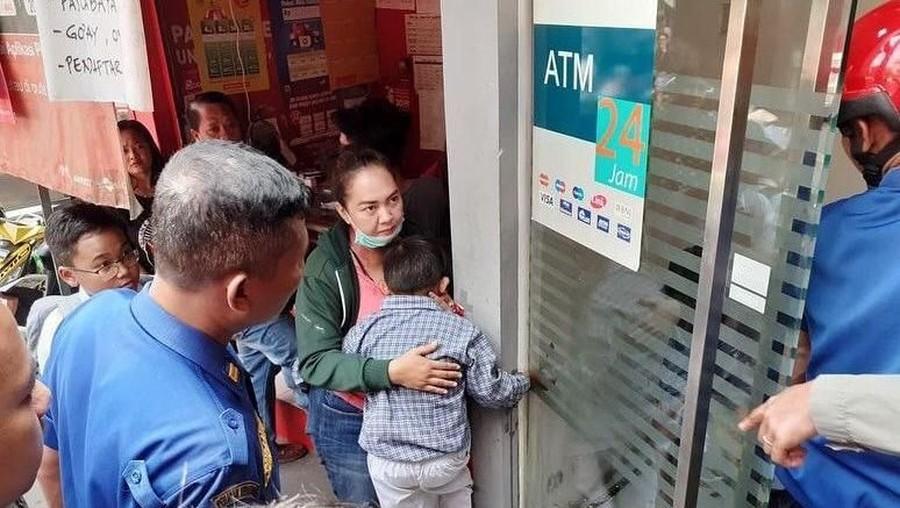 Pelajaran dari Anak yang Tangannya Terjepit Pintu ATM