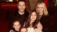 <p>Personel Westlife Shane Filan menikah dengan teman masa kecilnya, Gillian Walsh, pada 2003 lalu. Dari pernikahan itu, Shane dan Gillian dikaruniai tiga orang anak. (Foto: Instagram @shanefilanofficial)</p>